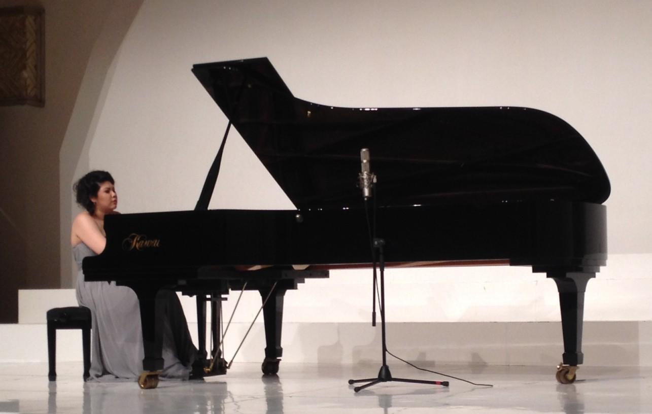 Edith bersinar bersama pianonya