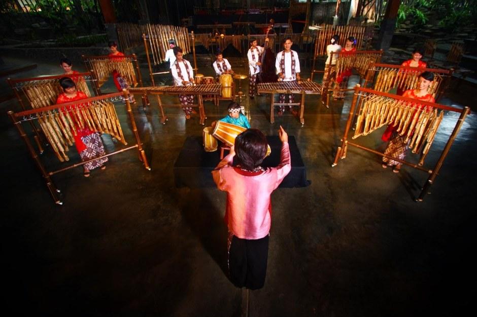 Saung-Angklung-Udjo-menggelar-Festival-Angklung-2013