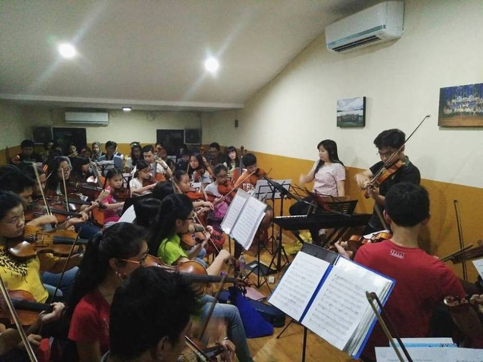 Latihan orkestra Trust dengan solois Giovani Biga